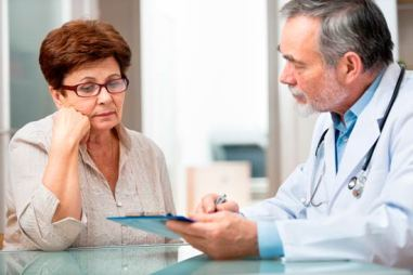 Medico-atendiendo-a-una-paciente