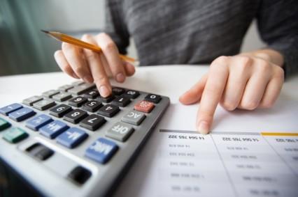 primer-plano-de-manos-contador-contando-en-la-calculadora_1262-3170.jpg
